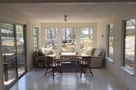 Bright, clean, newly renovated waterfront cottage - Burleigh Falls