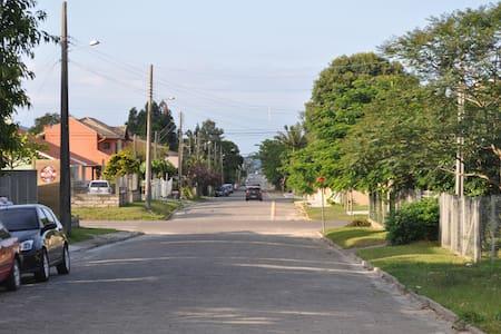 Casa em Garopaba com ótima localização - c/ Wifi - Garopaba