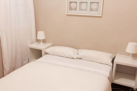 Double room, nice, clean and very luminous ambient. Free WIFY, laundry, full kitchen and cleaning service . Very Close to the main Barcelona avenues (Paseo de Gracia and Carrer Aragon). Perfectly conected with underground, busstops, aero-bus, train station.  Habitacion doble en auntentigo apartamento modernista de Barcelona.