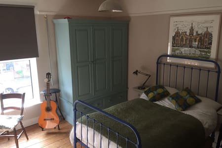 Quite bedroom in the Golden Triangle Norwich - Norwich - Casa