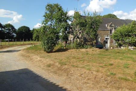 chambre à la ferme équestre - Trédion - Huis