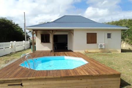 Maison F4 ouverte sur deck-piscine - Dům