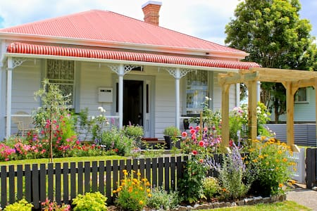 This cosy 2 bedroom cottage holds all the charm of the old days. An open-plan kitchen/dining room plus a spacious outdoor area for alfresco dining. Waihi Beach is 10 minutes way plus the Hauraki cycle trail, shops, walks and parks.