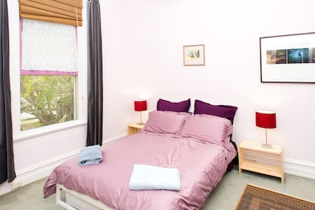 Large sunny room just off Lygon St - Brunswick - Bed & Breakfast