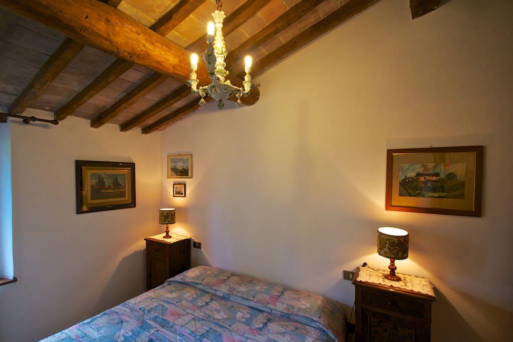 Camera singola con letto matrimoniale.