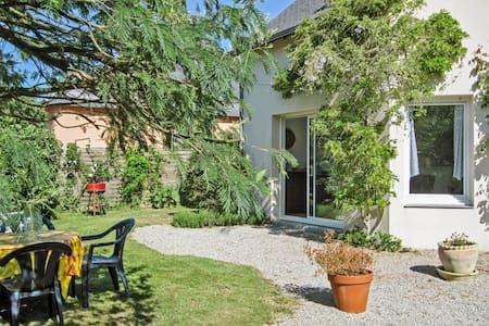 Sonniges Haus mit Terrasse & Garten - Ambon