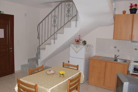 2 level 1 bedroom house in Korissia port - Huis