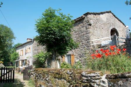 Old sunny farm in S. E. Ardeche - Saint-Étienne-de-Lugdarès - Haus