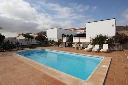 Private room for 2 in an amazing Villa - La Oliva