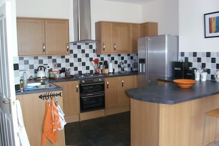 A stylish 2 bedroom, 2 bathroom apartment, close to the beach & shops, The livingroom/ kitchen is well equipped with american style fridgefreezer, dishwasher, washing machine. Both bathrooms have  bath, shower over the bath. Bedding & towels provided