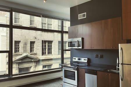 Downtown loft in the BEST location! - Apartment