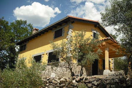 Cottage among olive trees and oaks - Rumah