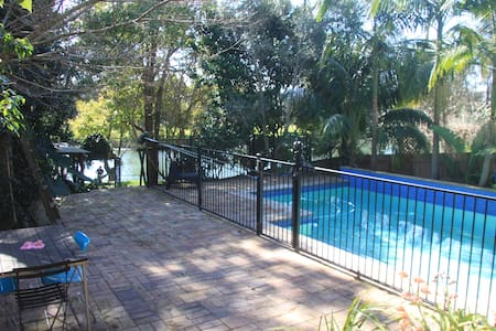 Sunny river view cottage, near city - Earlwood - Cabin