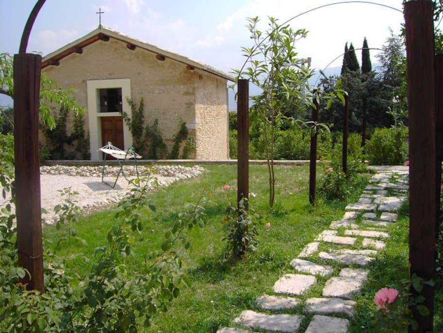 Il giardino, con veduta della chiesa di famiglia