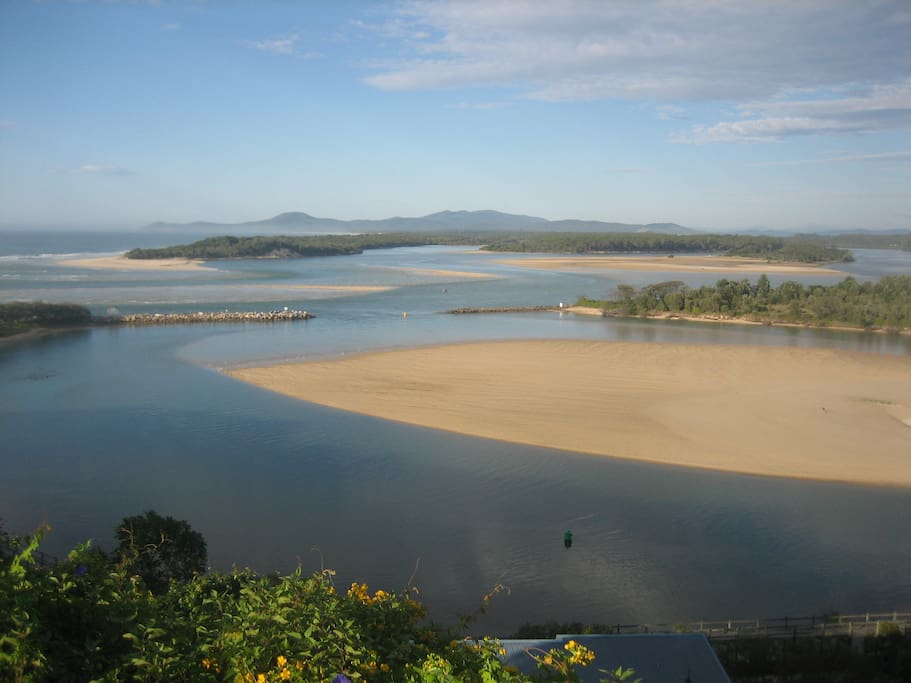 10 minutes walk to the Rotary Lookout above the Nambucca River-Mouth