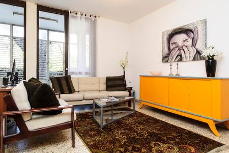 1 bedroom for rent in a private house near Tel Aviv central park, quiet & central location.  Lots of sun and air. 10 minutes walk from the central train station and lots of buses + private parking space