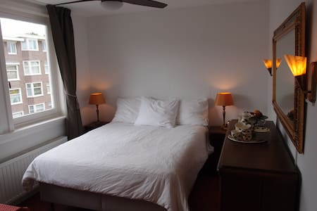 Basic Top Floor Room with private bath. - Amsterdam - Apartment