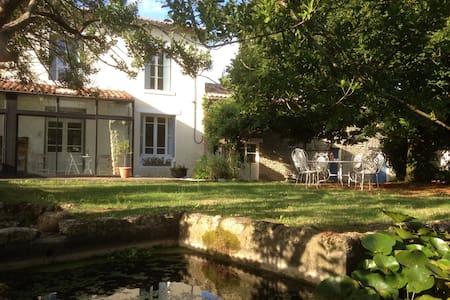 A French Farmhouse. C'est la vie! - Casa