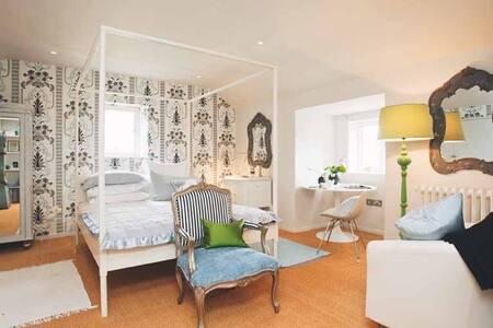 Lakeland idyll, design jewel - b&w - House