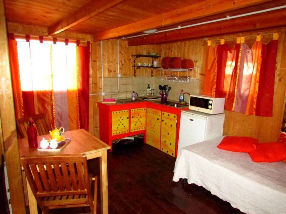 Casetta Privata: Cucinino e zona giorno con divano-letto - Private Cottage: Kitchenette and living area with sofa-bed