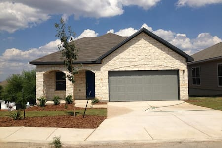 NEW home, close to airport & Ft Sam - House