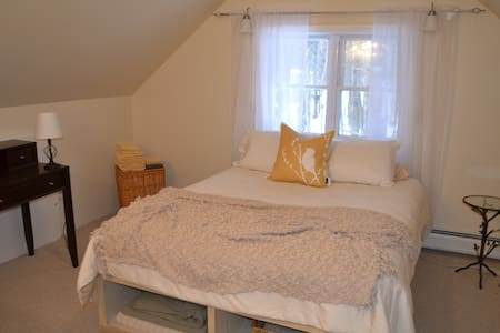 Two guest rooms with Queen size beds, two bathrooms, kitchen and living space. Just 10 minutes from Hanover and Dartmouth College (New Hampshire), & 20 minutes from Queechee and Woodstock (Vermont).