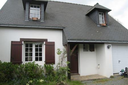 maison à la campagne pres mer, plages,vaste jardin - Saint-Molf