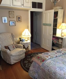 Lovely Room in Eccentric Victorian - Virginia City - House
