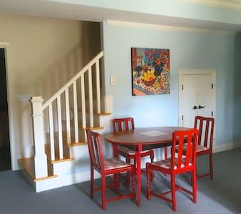 Spacious 3-bedroom lower level of house. Sleeps 8. - Hele etagen