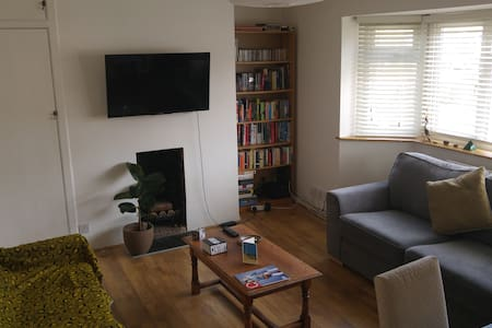 Sunny single room, 23 minutes from Victoria - Apartamento