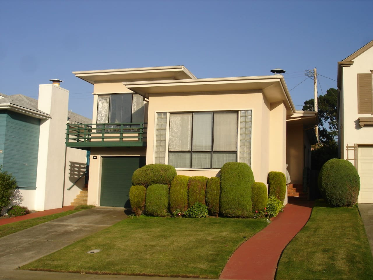 Fully furnished home, 2 bedrooms, 1 full bath in Westlake Daly City (slightly south of San Francisco). Full kitchen, living rm & Dining room too!