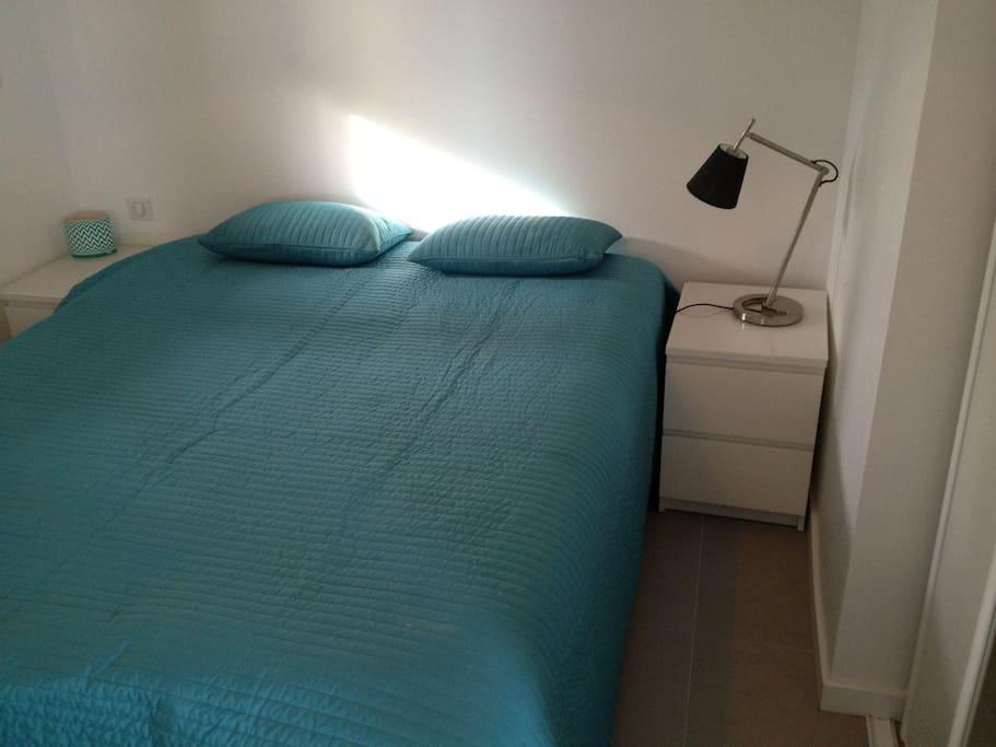 La chambre indépendante confortable avec commodes.