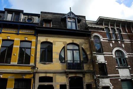 Art Nouveau house in city hotspot!