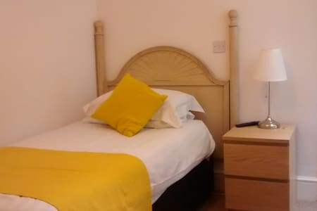 Single Room With ensuite - Bed & Breakfast
