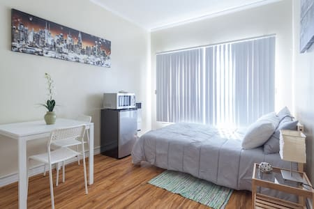 1 Block from DTLA - Studio Apt 202 - Los Angeles - Apartment