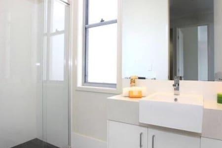 Large Hope Island Townhouse Private Room/Bathroom - Radhus