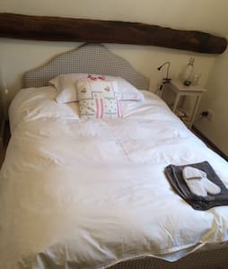 Double bed in charming attic room - Huis