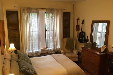 Beautifully Furnished Apt w/ Views - Queens - Appartamento