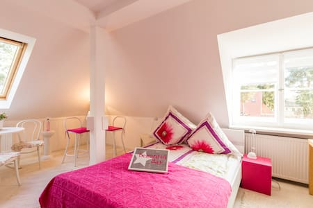 Pinkes Zimmer- Bright and romantic-mit kleinem Bad - Kleinmachnow - Villa