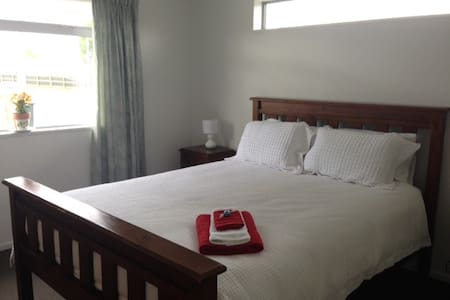 Maple Leaf Ridge: room with private bath/free wifi - Twizel - Casa