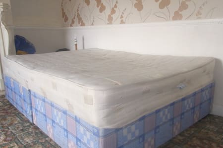 Double bed: 2 miles from city centre - Newcastle Upon Tyne