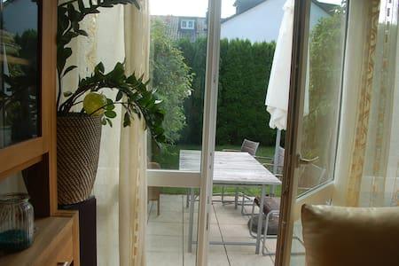 Schönes geräumiges Zimmer nahe Wald und Messestadt - Hus