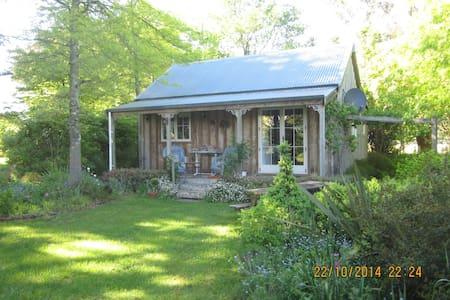 Cute cottage large trees many birds - Greytown