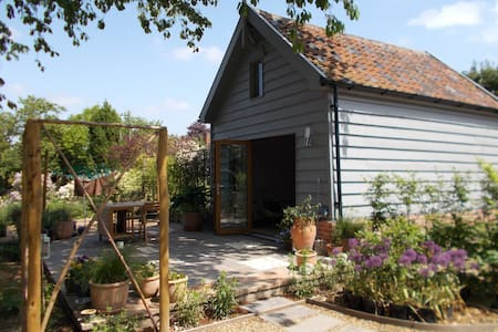 Beautiful converted barn in tranquil garden - Bed & Breakfast