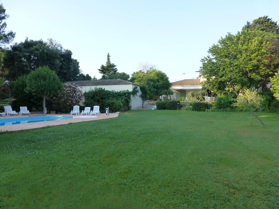 vue depuis le jardin sur la maison et la piscine