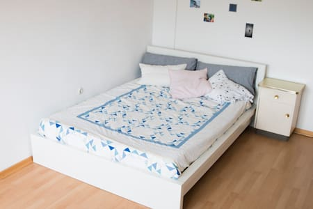 Bright ★ Spacious Room ★ 15 min to Central - Apartment