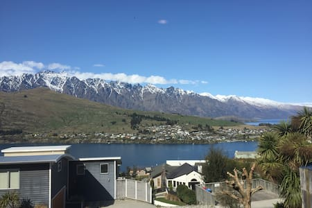 Stunning, stylish and sunny room in modern house. - Queenstown - House