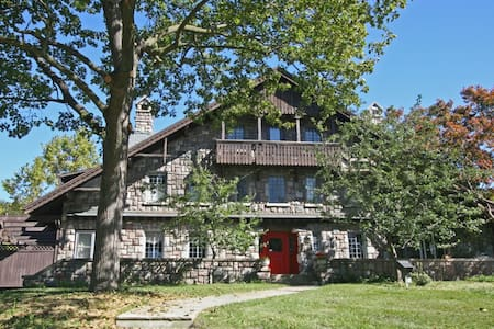Stone Chalet Bed & Breakfast Inn - Ann Arbor