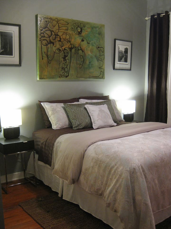 We made our guest bedroom up for a pleasant sleep, down featherbed and all egyptian cotton sheets.. yummy!