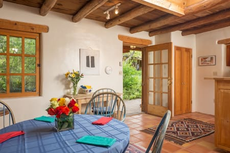 Charming SFe bungalow near Canyon Road art scene. - Santa Fe - Maison